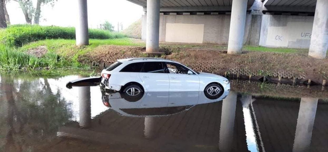 Samochód wjechał do rzeki
