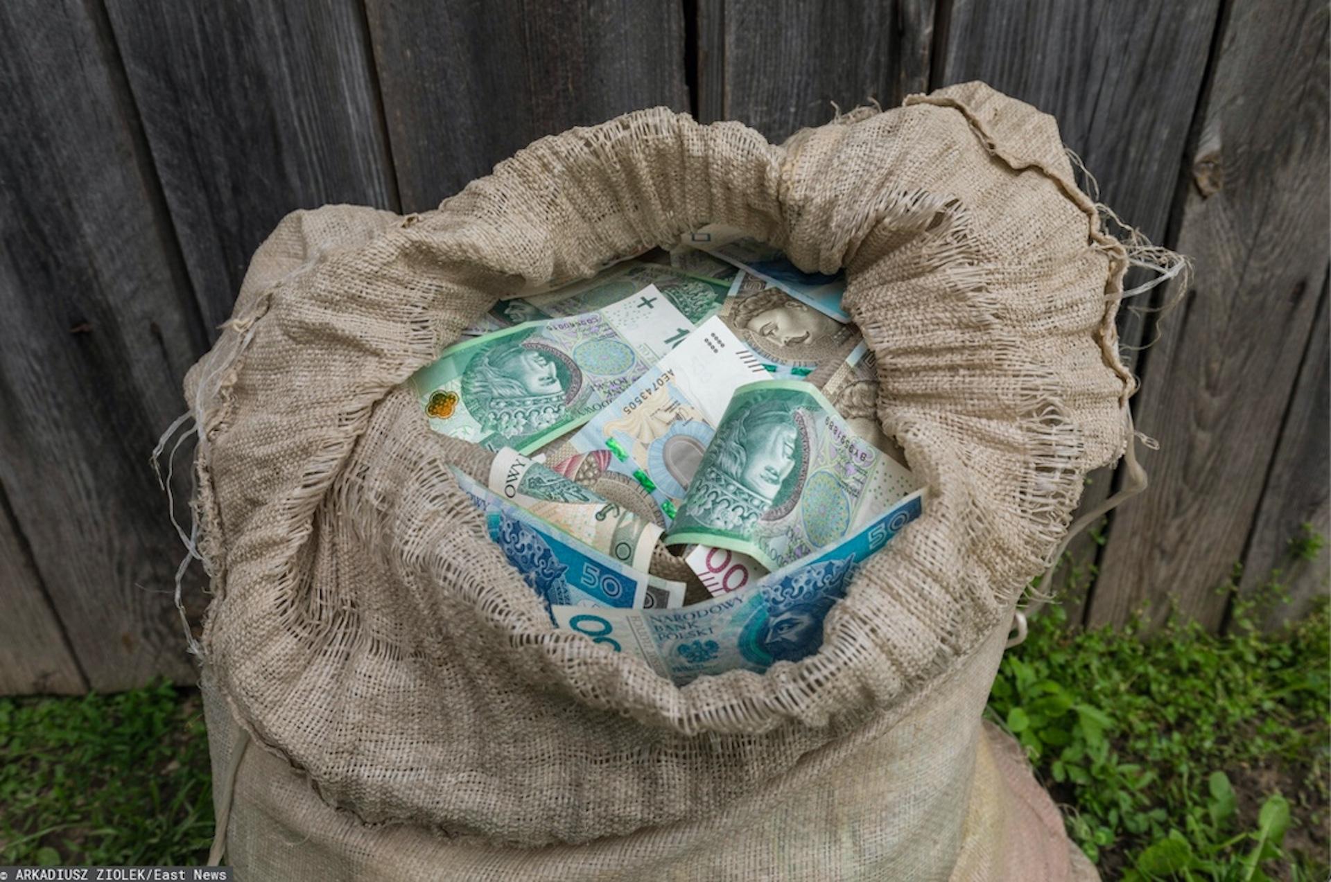 Oszczędności i karta wylądowały w koszu po kontakcie z fałszywym funkcjonariuszem CBŚ