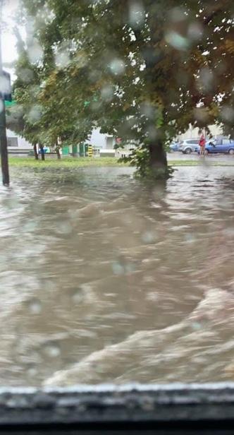Włochy zalane w związku z burzą przechodzącą nad Warszawą