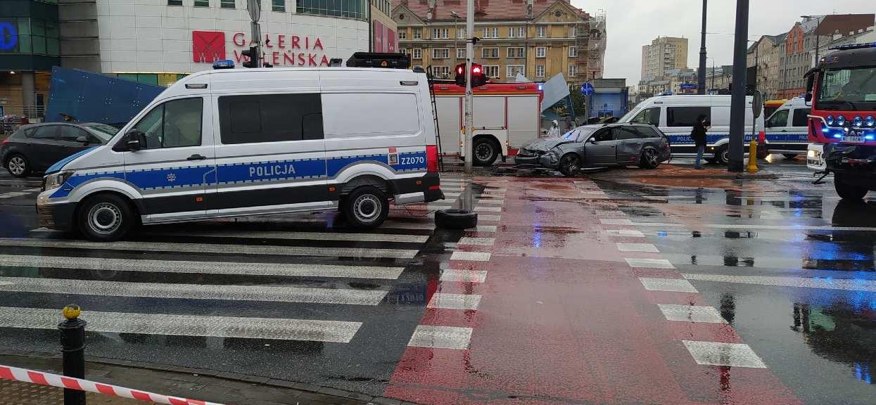 Wypadki nastąpiły w krótkich odstępach czasowych na tym samym skrzyżowaniu na Pradze-Północ.