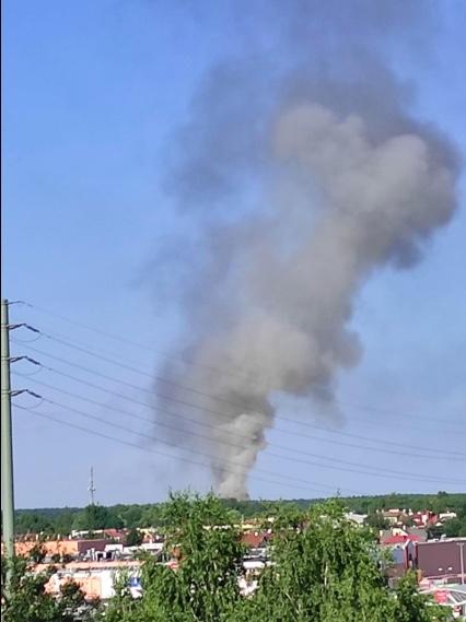 Kłęby dymu nad budynkami w Józefosławiu