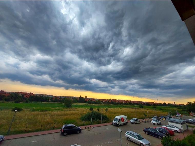 Burzowe chmury nad Białołęką