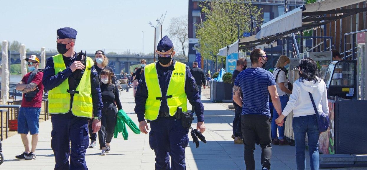 Policja przypomina o wciąż obowiązujących obostrzeniach.