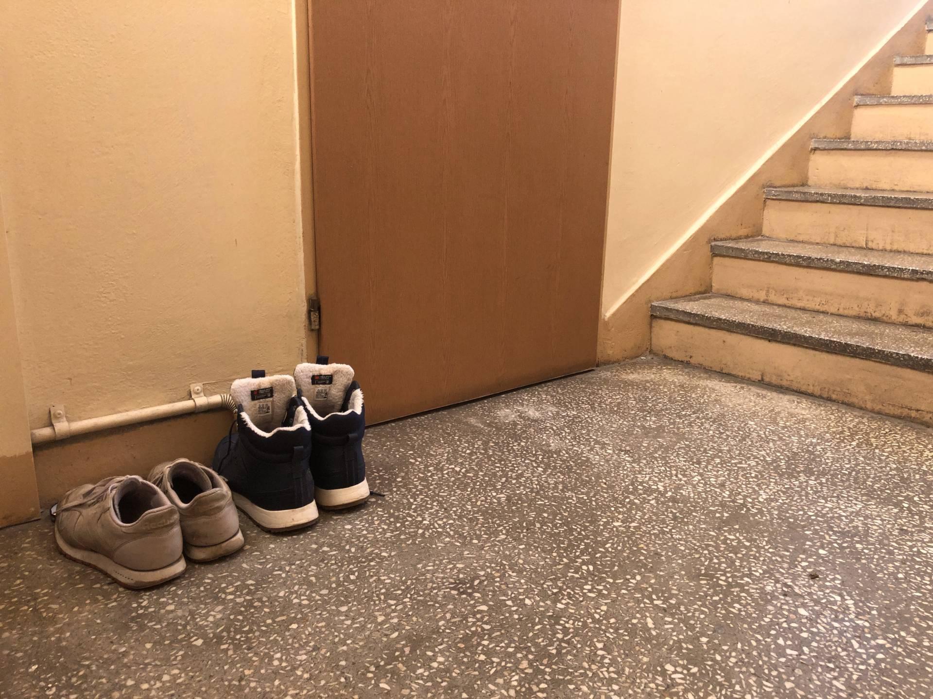 Buty zostawione przed wejściem do mieszkania