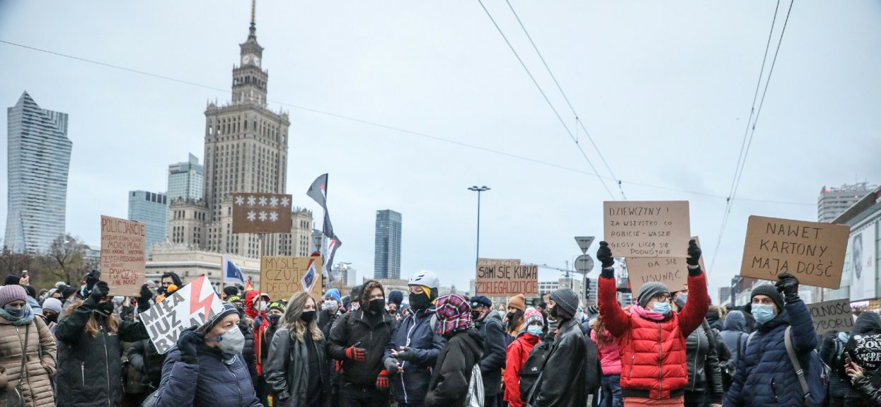 W poniedziałek w Warszawie odbędzie się kolejna odsłona Strajku Kobiet, do którego dołączy młodzież walcząca o klimat.
