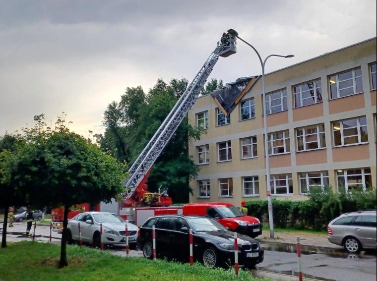 Dach na technikum na Saskiej Kępie uległ uszkodzeniu