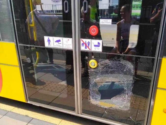 Zniszczona szyba w drzwiach tramwaju po kopnięciu przez agresywną pasażerkę