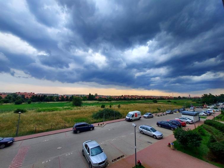 Zdjęcie wykonane na chwilę przed rozpoczęciem się burzy na Białołęce