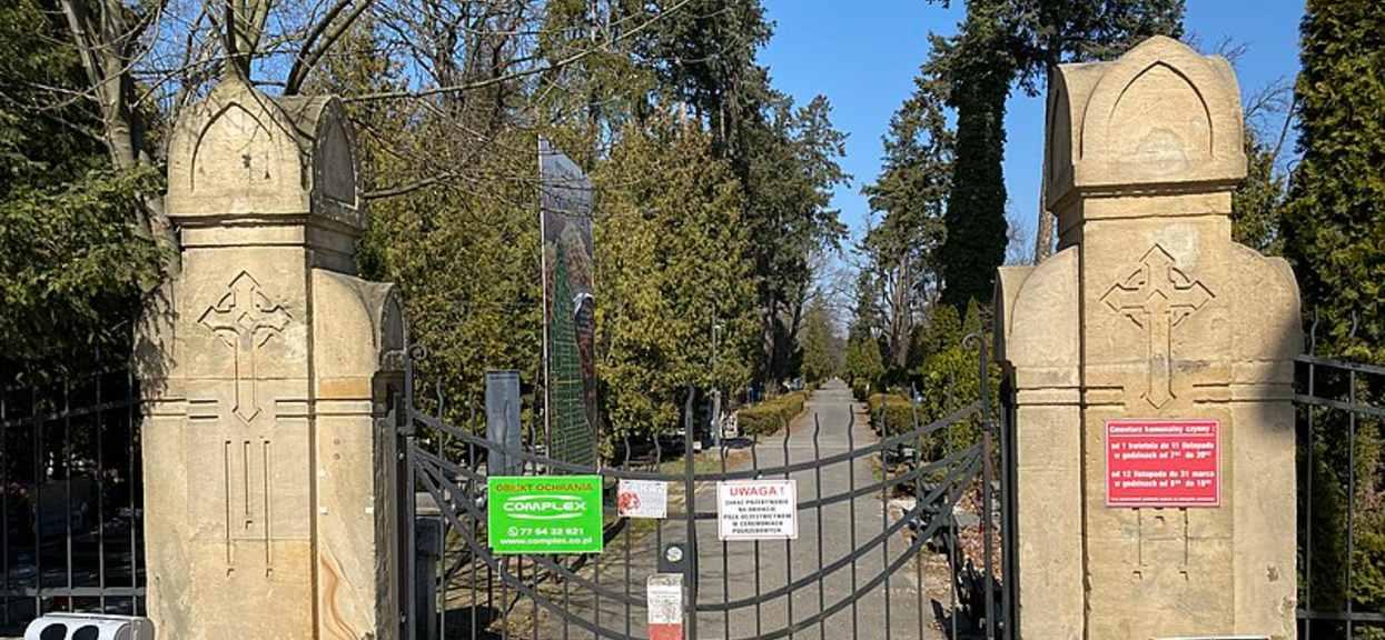 Narodowa kwarantanna podczas pandemii COVID-19 we Wrocławiu. Zamknięta brama cmentarza osobowickiego.