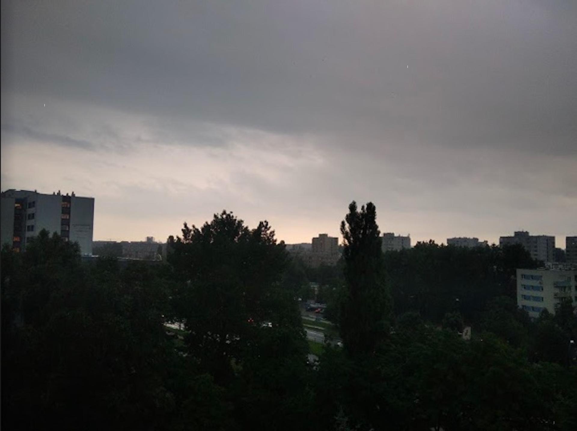 Nad Warszawę dotarł front burzowy, robi się niebezpiecznie