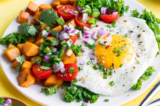 Vibrant Mexican breakfast salad recipe made with sweet potato, colorful pico de gallo, and free range eggs. | nelliesfreerange.com