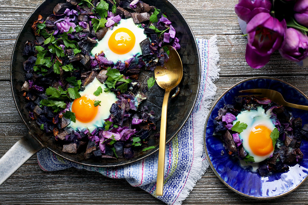 Vibrant, savory cheesy purple potato hash made with purple cabbage and topped with jammy free range eggs. | nelliesfreerange.com
