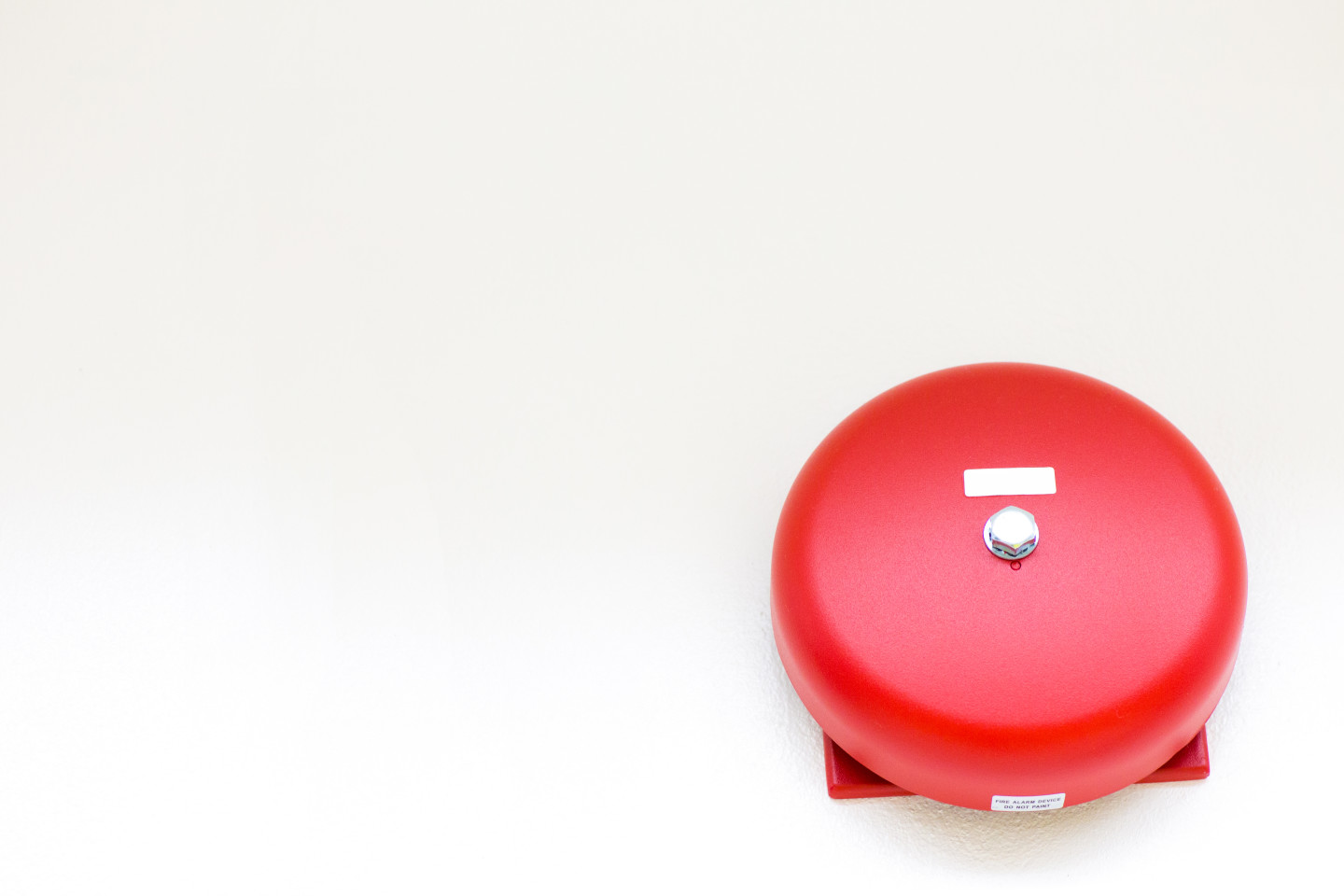 A red fire alarm.