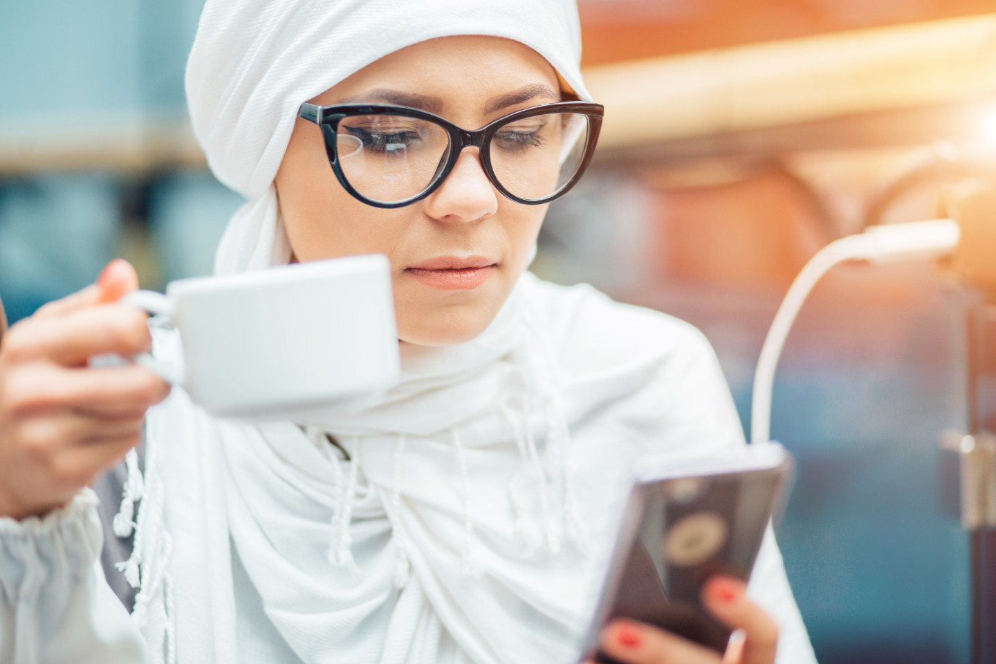 woman-looking-at-her-phone-coffee