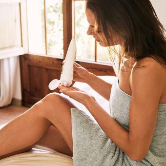 Kvinna smörjer huden