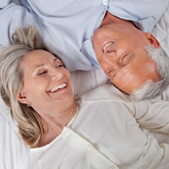 Kvinna och man skrattar bredvid varandra