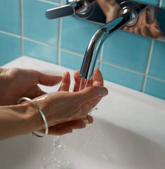 En person tvättar händerna. Foto.