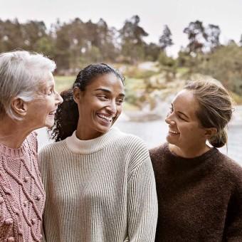 Tre kvinnor skrattar