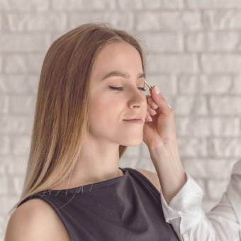 Kvinna som får ansiktsbehandling