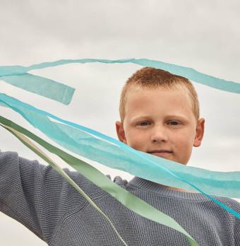 En pojke med en flygande drake