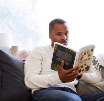 En person läser en bok