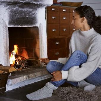 Kvinna grillar marshmallows