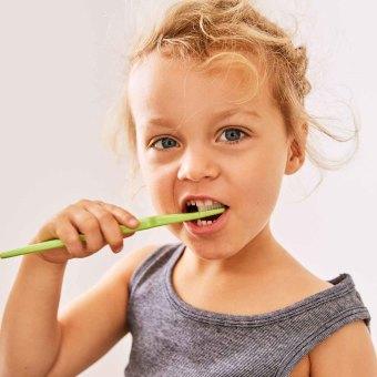 Barn som borstar tänderna
