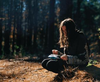 Flicka i skogen