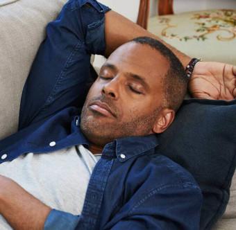 En person sluter ögonen och vilar. Foto.