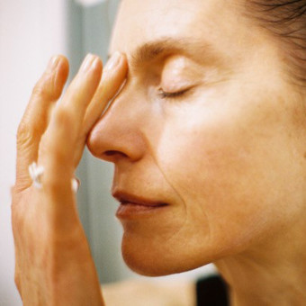 Kvinna som använder Mantles produkter. Foto.