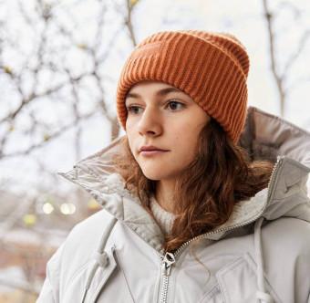 En ung kvinna ser fundersam ut. Foto.