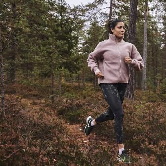 Kvinna joggar