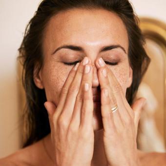 Kvinna som behandlar ansiktet