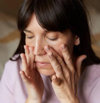 Kvinna som behandlar ansiktet. Foto.