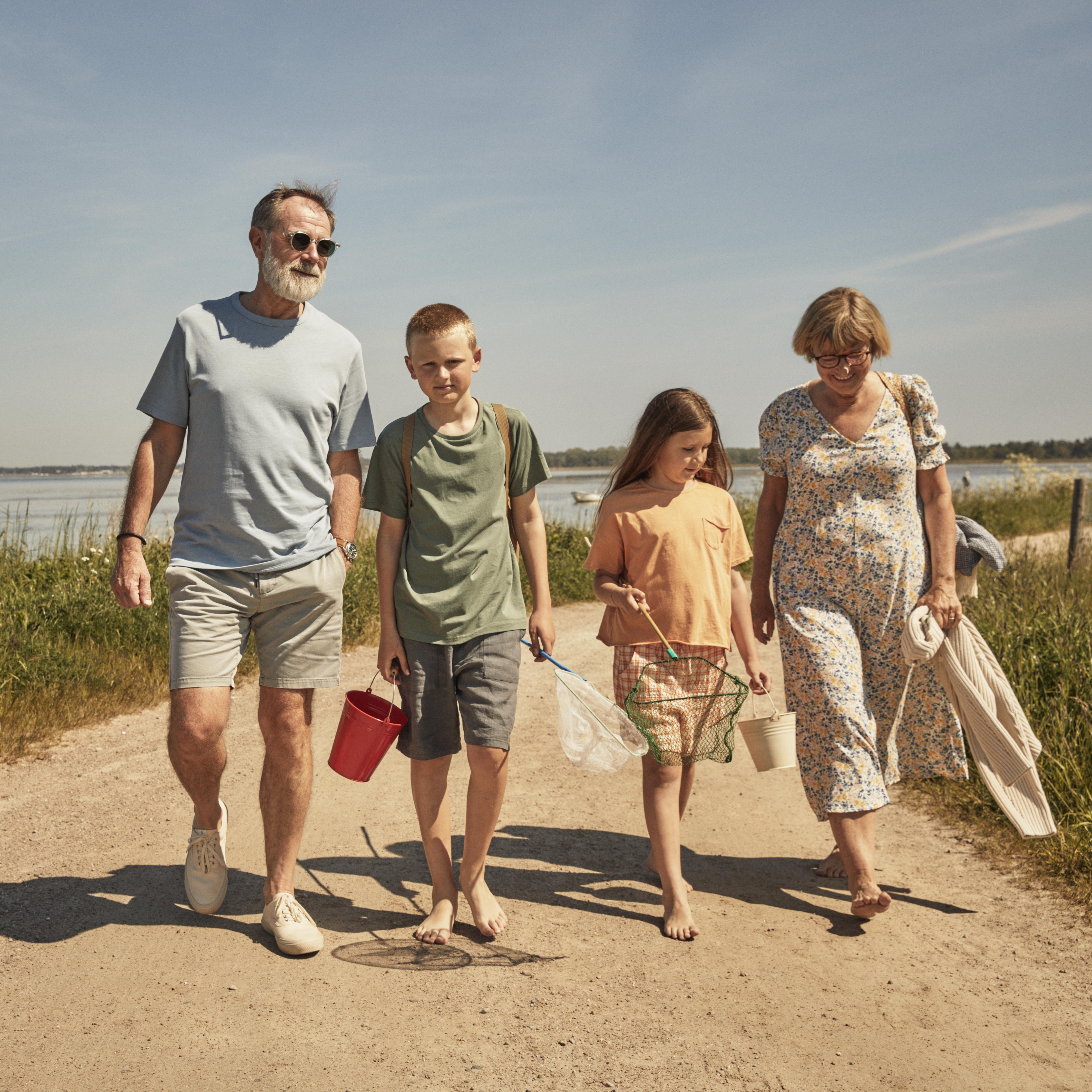Familj på strand. Foto.