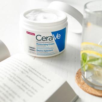 Ett bord med CeraVe moisturizing cream