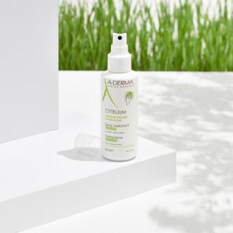 Produkt från A-Derma i somrig miljö. Foto.