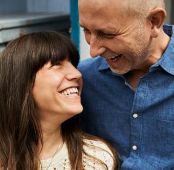 Ett par ler mot varandra. Foto.