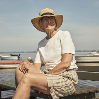 Senior kvinna i solhatt. Foto.