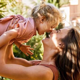 Barn och kvinna som skrattar