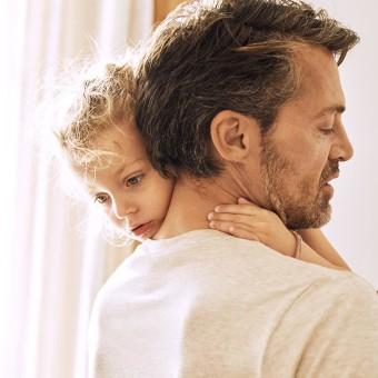 Man som bär ett barn