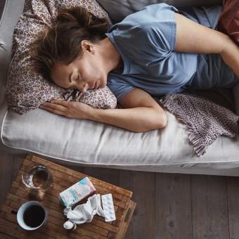 Feber kvinna sängliggandes