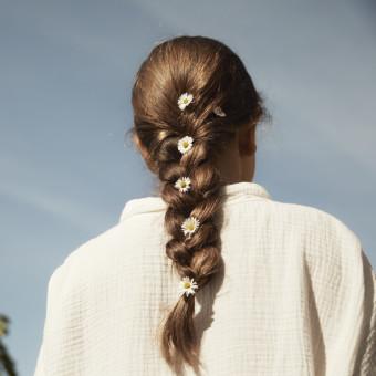 Flicka med flätat hår. Foto.