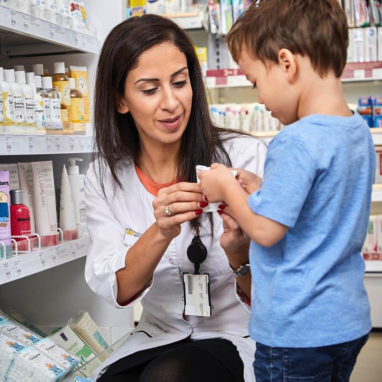 Farmaceut hjälper ett barn. Foto.
