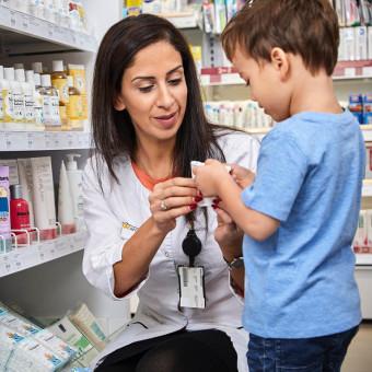 Farmaceut hjälper ett barn