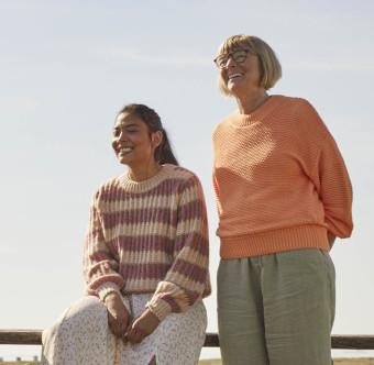 Två personer skrattar tillsammans. Foto.