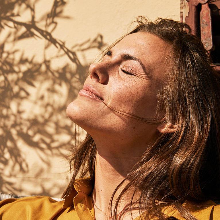 Kvinna njuter av solen