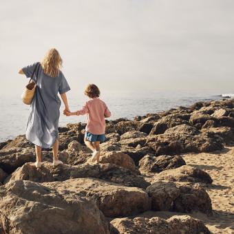Kvinna och barn på en strand