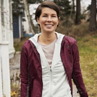 Kvinna med träningskläder som ska ut och sommarvandra. Foto.
