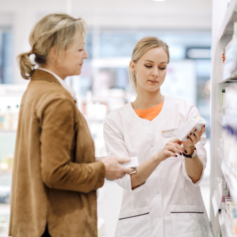 Farmaceut ger rådgivning på Kronans Apotek